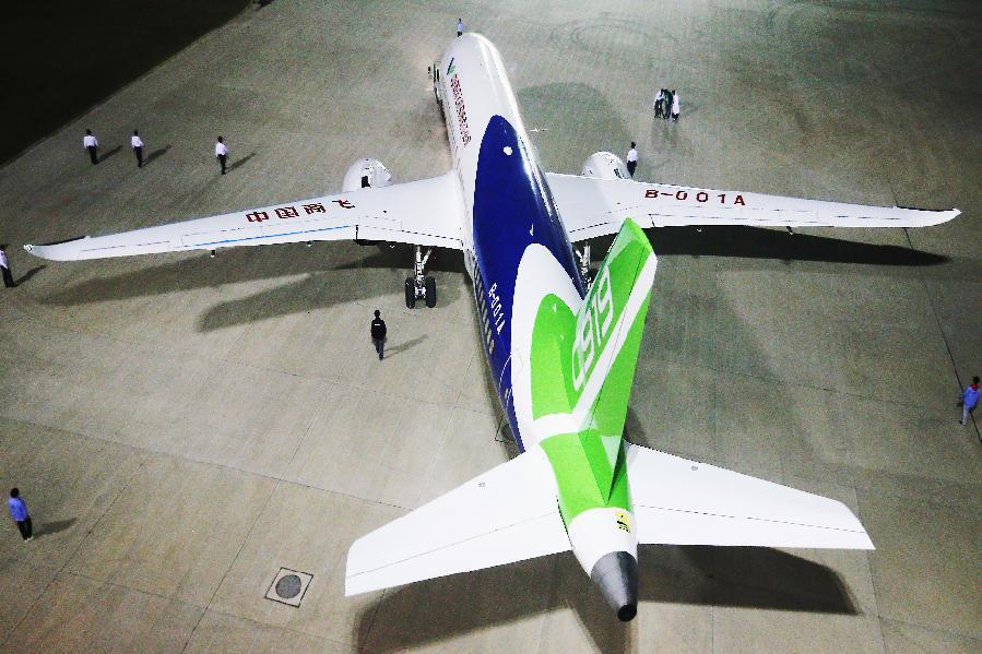 从2007年大型飞机研制重大科技专项正式立项,到2015年,C919飞机首架机在中国商飞总装制造中心总装下线,再到今天,国产大飞机,从蓝图到在蓝天下翱翔首飞,历时10年。图为C919整体外观。