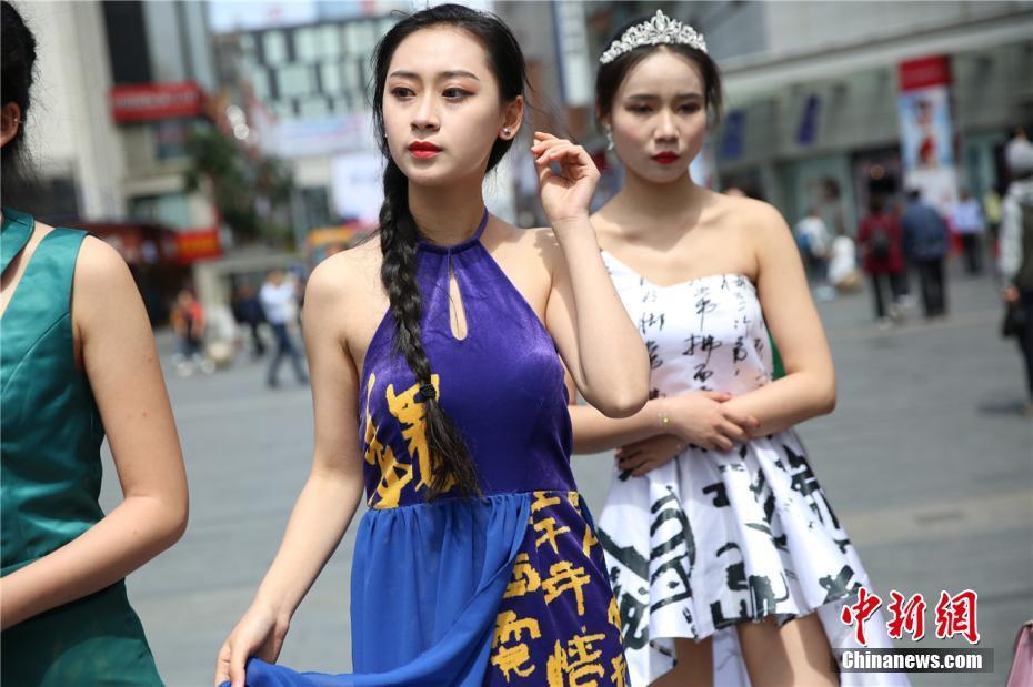 """快闪活动是时下在年轻人中较为流行的一种行为艺术。5月3日,一群帅哥美女亮相成都春熙路,带来一场主题为""""美丽青春性感代言""""的时尚快闪活动。 毛成山 摄"""