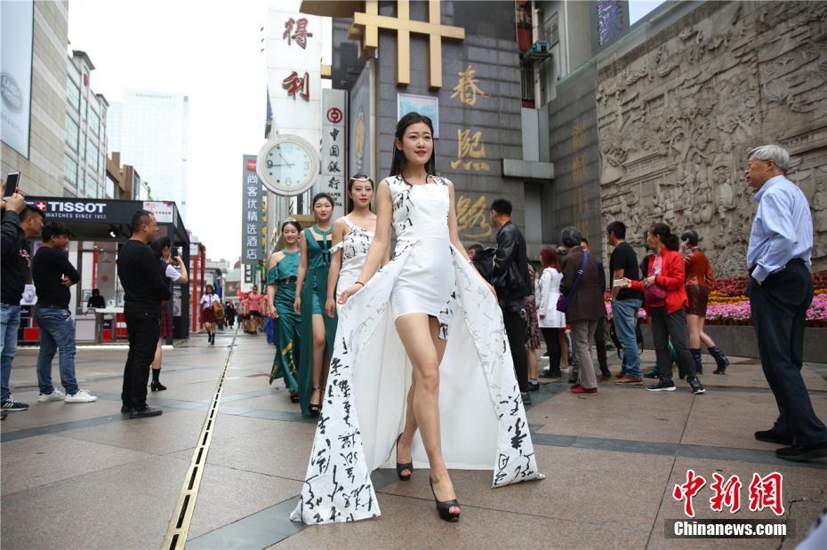 优美的中国风和绚丽的制服走秀吸引了众多的游人驻足观看,细细品味她们的风采。 毛成山 摄