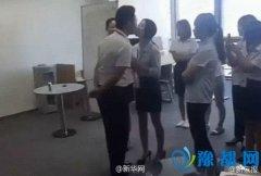 女员工每日排队吻老板? 视频显示在玩传递游戏