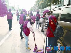 街道志愿者为城市添彩