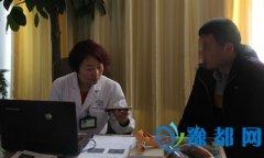 郑州长江医院治疗不孕不育怎么样,患者持锦旗感谢王静主任
