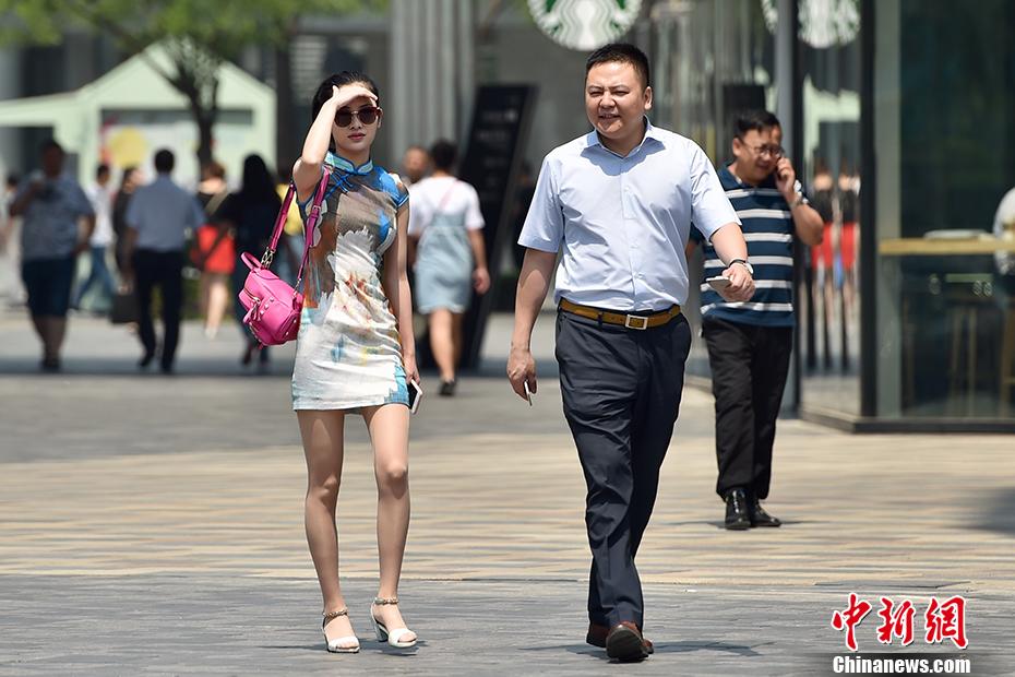 """5月17日,北京开启了高温干热的""""炙烤""""模式。据中央气象台消息,17日-19日,北方多地将遭遇今年以来首次大范围高温天气,涉及京津冀、内蒙古等7省市区,其中18日高温范围最广、强度最大,内蒙古东部偏南地区局地更有可能出现38-40℃的最高气温。中新网记者 金硕 摄"""