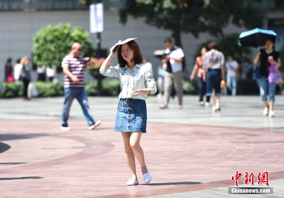 5月17日,重庆气温升至30℃以上,街头美女着清凉夏装出行。据中央气象台消息,17日-19日,北方多地将遭遇今年以来首次大范围高温天气,涉及京津冀、内蒙古等7省市区,其中18日高温范围最广、强度最大,内蒙古东部偏南地区局地更有可能出现38-40℃的最高气温。周毅 摄