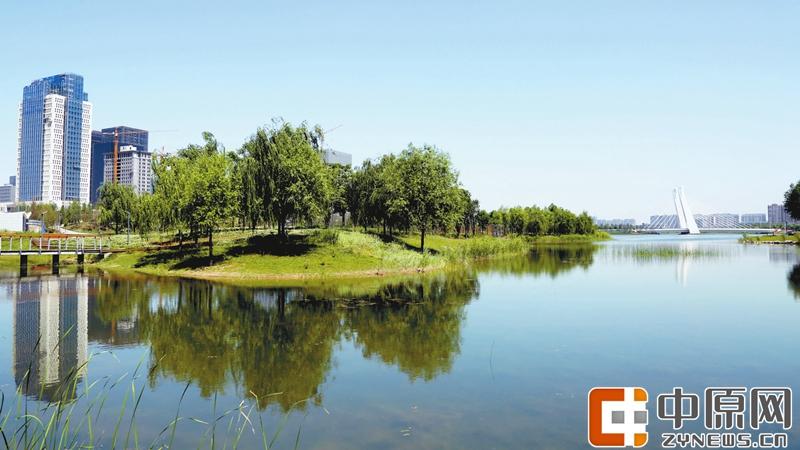 天空湛蓝,白云慵懒,龙子湖湖水如碧玉般纯净,错落有致的湖心小岛点缀其间,再加上周围茂盛苍翠的树林,让这里的一切都仿似流动的青山水墨画。