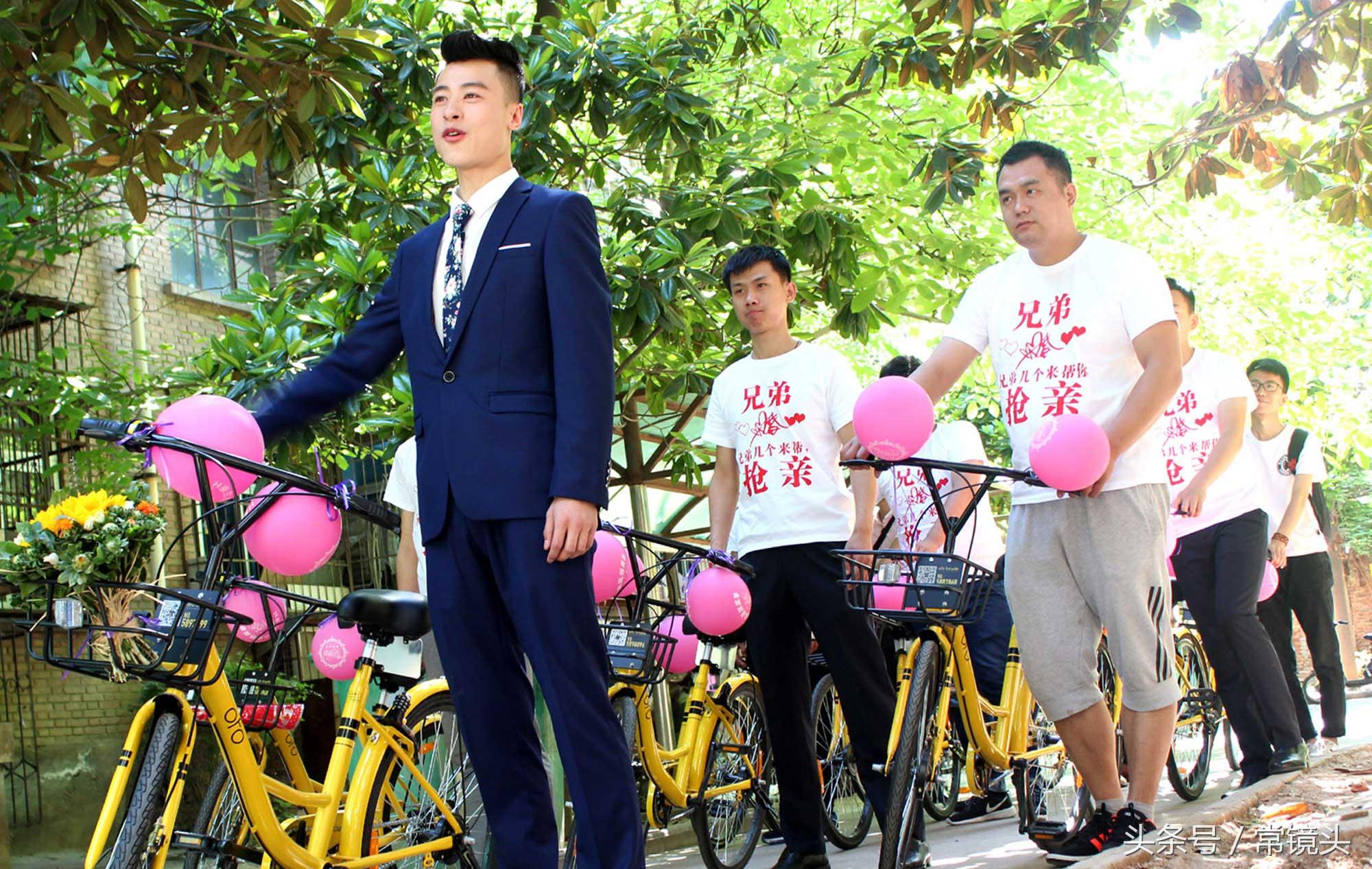 据新郎王豪介绍,用共享单车结婚这个创意源自于媳妇。当他们把这个想法告诉亲友之后,大家纷纷点赞这种既环保又节俭的婚礼形式。