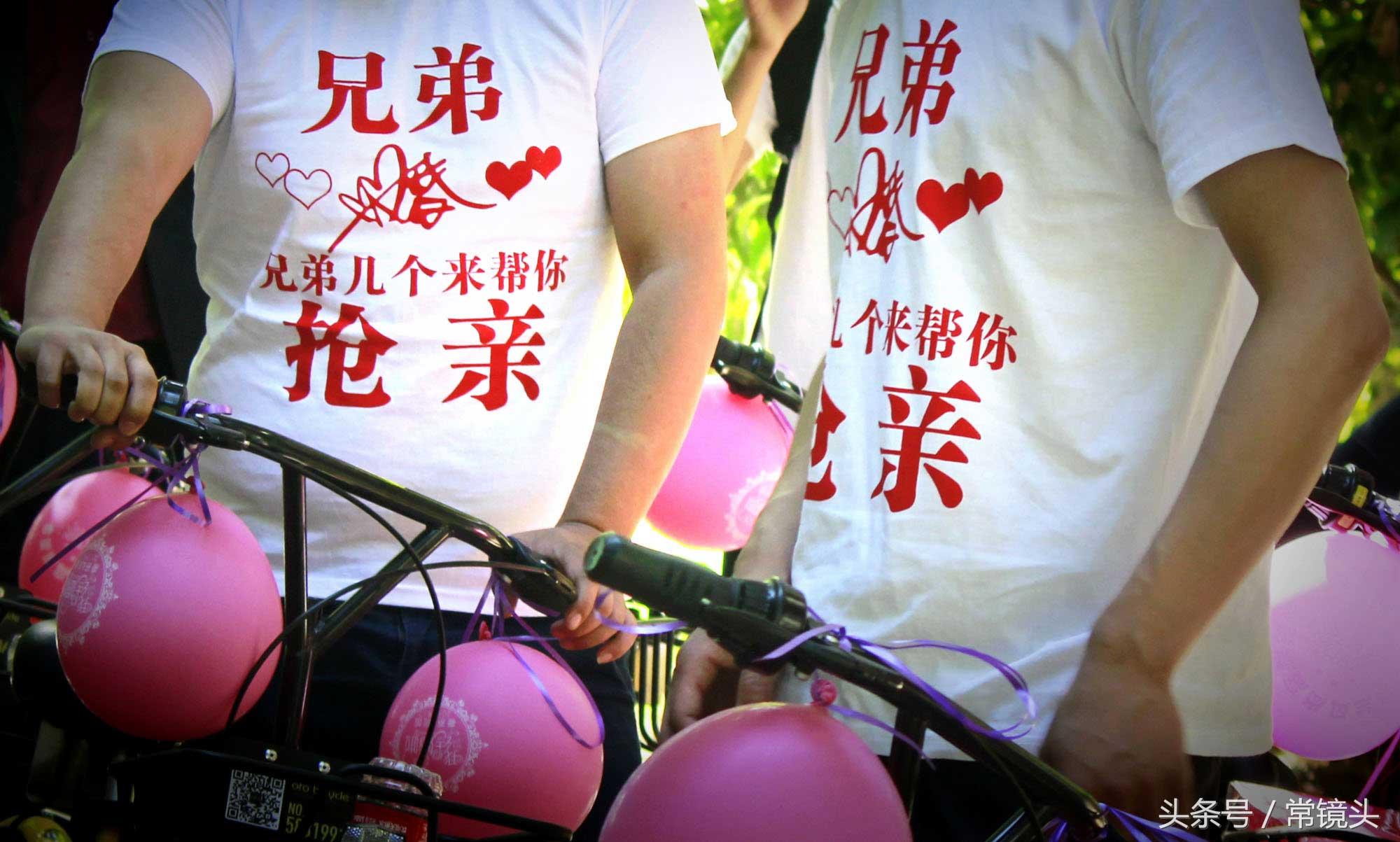 为了活跃婚礼现场气氛,一些朋友专门定做了趣味十足的迎亲T恤。