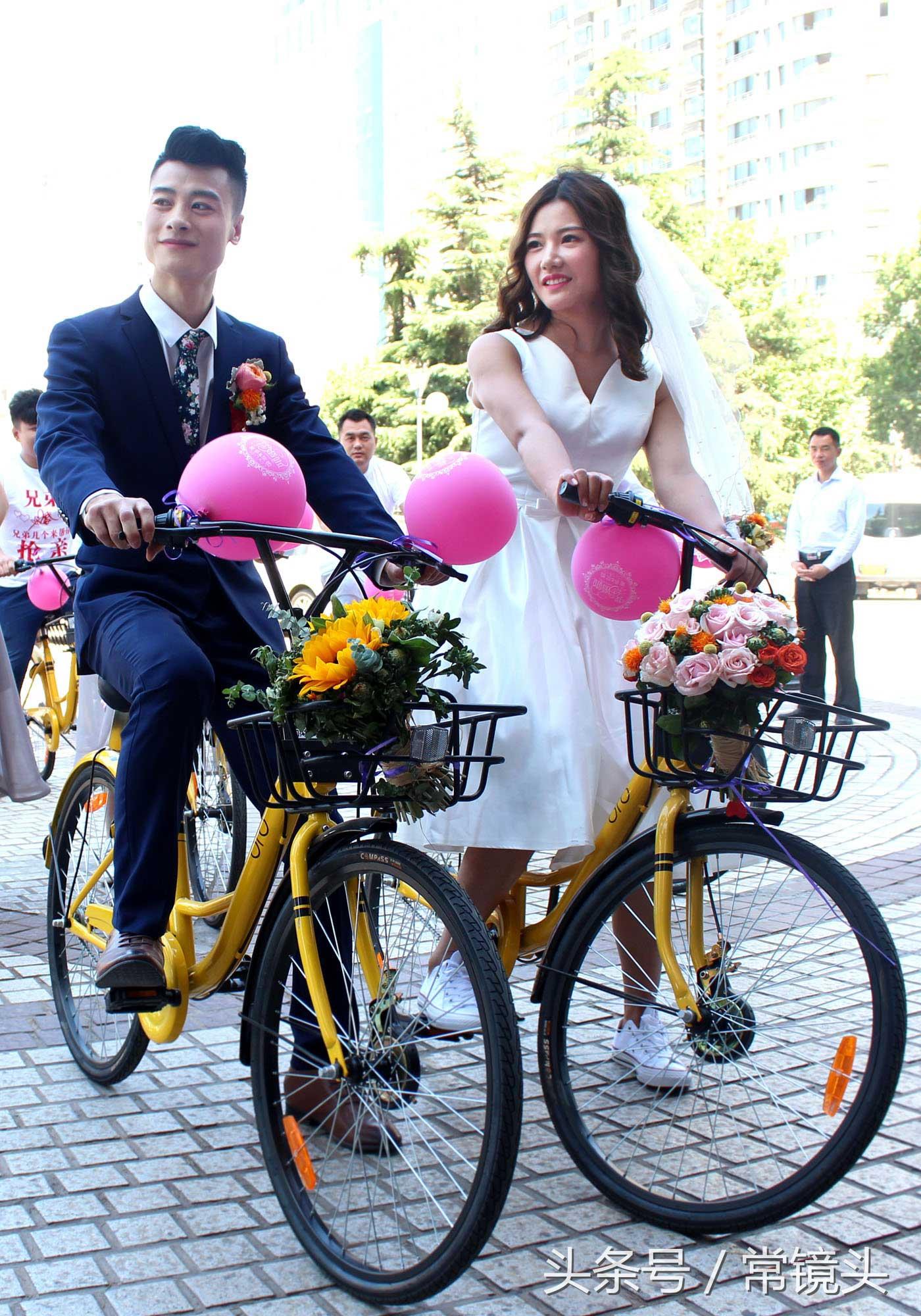 一对新人在共享单车上开启了幸福生活。