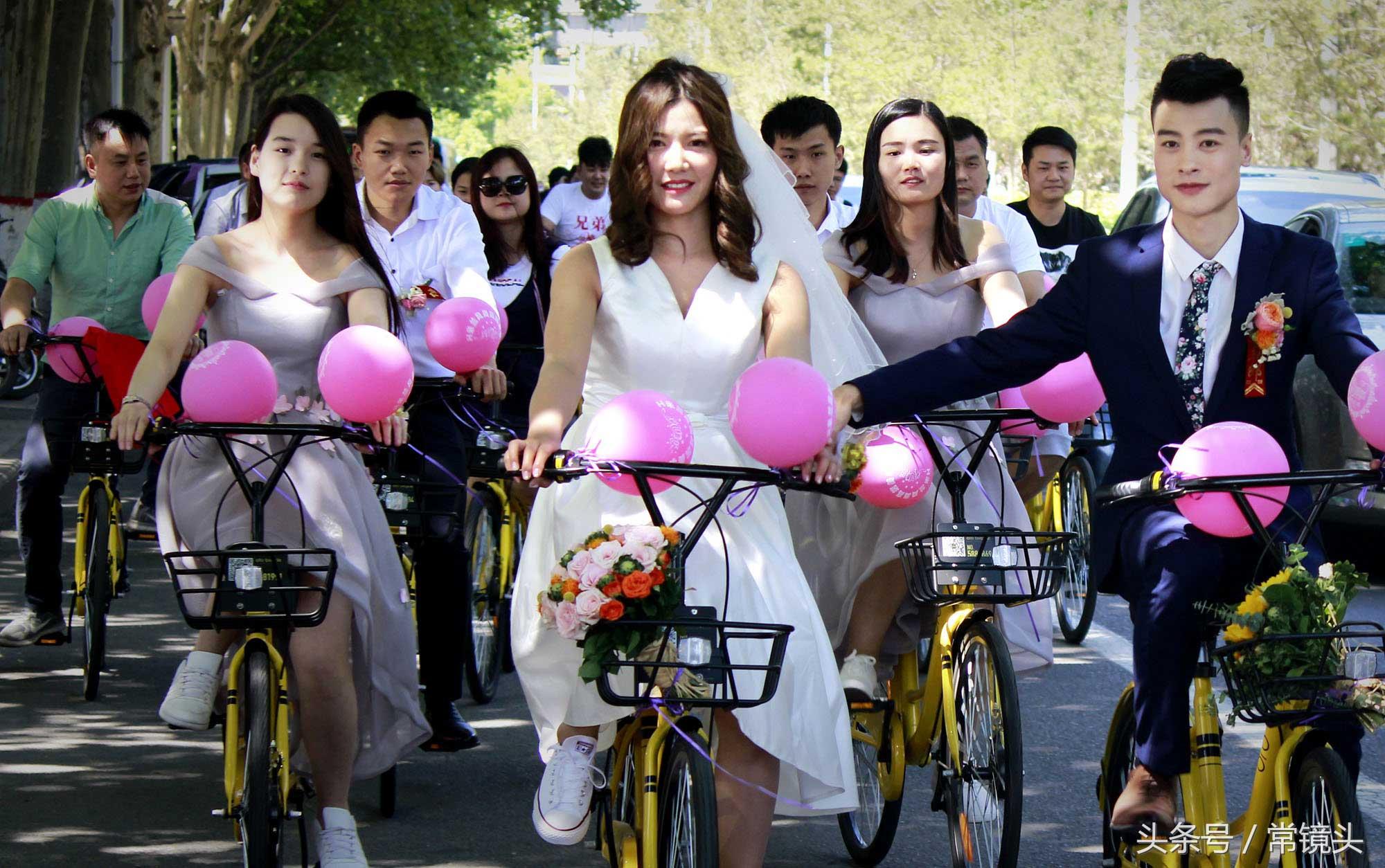 50辆共享单车组成的迎亲车队,成了街头上一道靓丽的风景线。