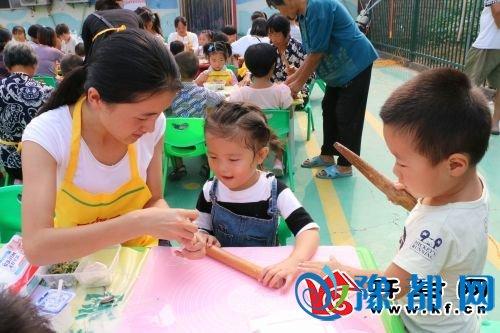 在金明德豪幼儿园榆园分园举办大型亲子活动——包饺子大赛