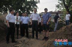 平舆县委副书记、县长赵峰就市控地表水责考断面水质治理进行现场办公