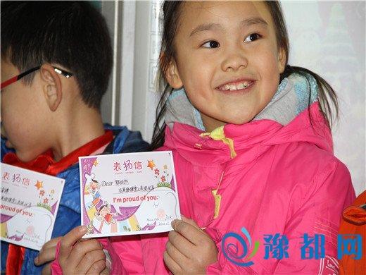 颁奖时高举口语达人,英语小明星奖励卡他们一个个乐开了花.