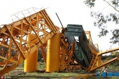 智利一大桥坍塌致载货火车坠落(图)