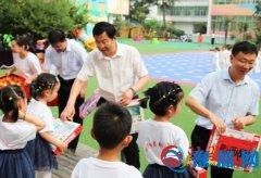 泌阳县领导同小朋友们一起欢庆六一国际儿童节