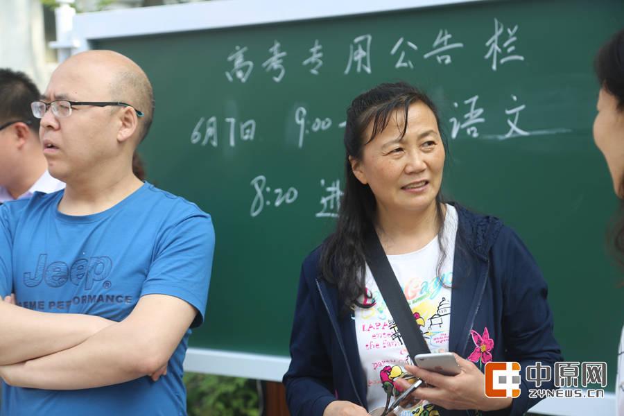 教了30多年书的郑老师,这是她最后一次为考生送行