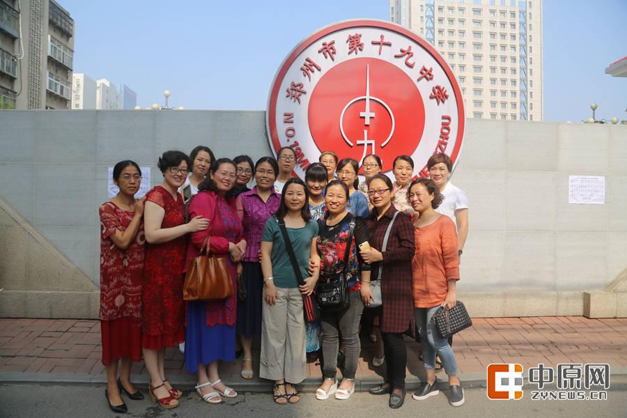 来自龙湖一中的考生妈妈们,因为孩子在同一个班,她们也聚集在一起,像姐妹一样近亲