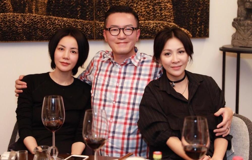 王菲刘嘉玲和友人合照。