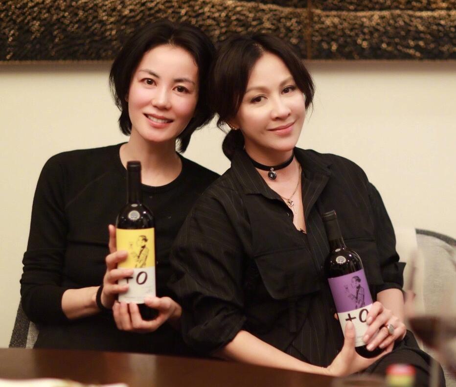 腾讯娱乐讯 6月6日晚,有网友在微博晒出王菲和刘嘉玲一同聚会饮酒的照片,照片中两人均穿着黑色上衣,面对镜头露出微笑,看上去心情大好。