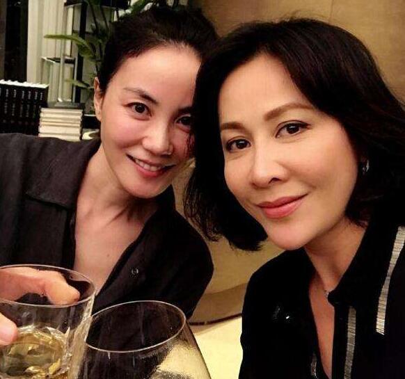 刘嘉玲王菲早前的合照,二人姐妹情深私交相当好。