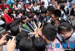 中国高考首日见闻:有一种致青春叫高考