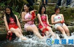 广东女子穿肚兜上山洗龙舟水 呼吁保护水环境