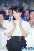 47岁许晴穿白衬衫知性迷人 容颜姣好似少女