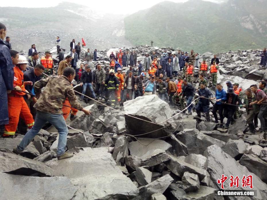 6月24日6时左右,四川茂县叠溪镇新磨村突发山体高位垮塌,40余户100余人被掩埋。目前,阿坝武警先期到达25名官兵投入救灾工作,后续140余人正在路上。