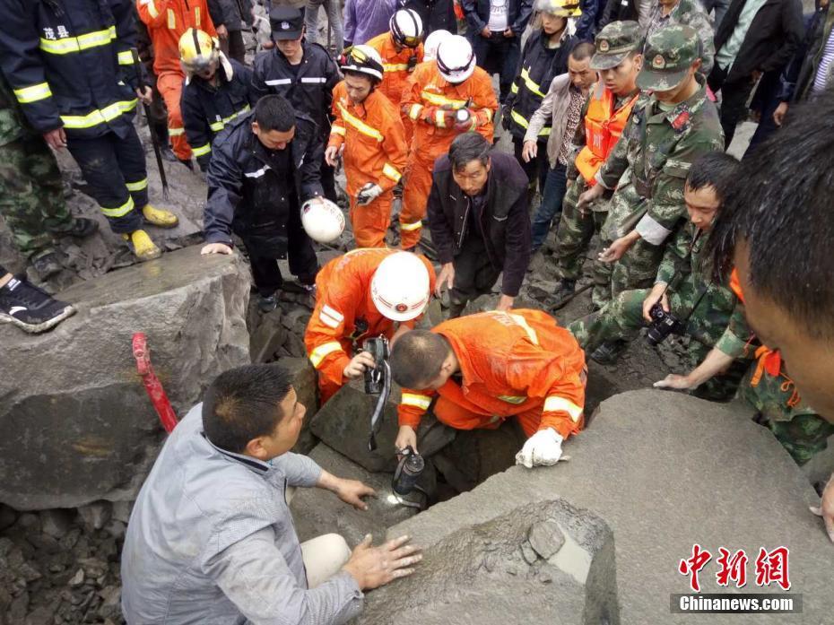 四川茂县山体垮塌100余人被掩埋 武警展开救援
