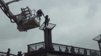 惊险! 实拍北京西单一女子跳楼瞬间 消防员飞身救人