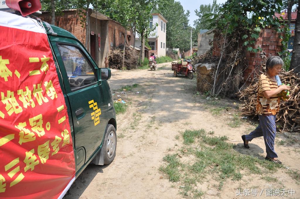 在河南农村,能够考上一名大学生是件光耀门楣的大事。这是2016年,邮政工作人员为考上清华北大的考生提供录取通知书上门服务。近80岁的老奶奶听到消息后从玉米地里赶回家中,为工作人员买来饮用水表示感谢。