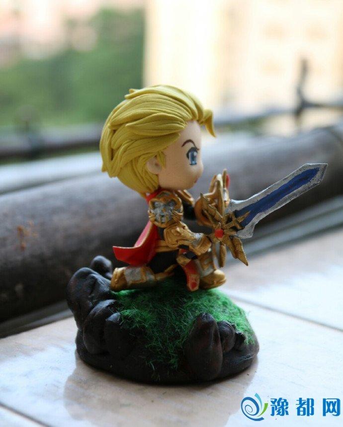 手机游戏  来看玩家少爷仔手工制作的模型,超轻粘土的经典亚瑟,大宝剑