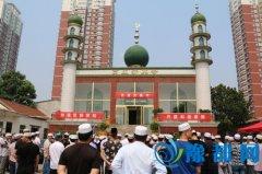 区领导与穆斯林群众共度开斋节