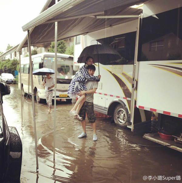"""贾乃亮在雨中抱起李小璐   对此,网友纷纷表示:""""希望亮永远对你这么好""""、""""一家人好幸福""""、""""最后一张图甜死了,爱你所以舍不得你的鞋子沾湿""""、""""这是幸福该有的样子""""。"""