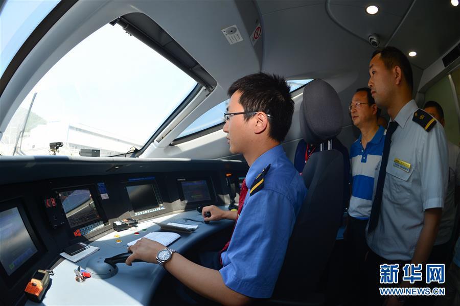 技术人员在宝兰高铁高速综合检测列车司机室作业(5月16日摄)。