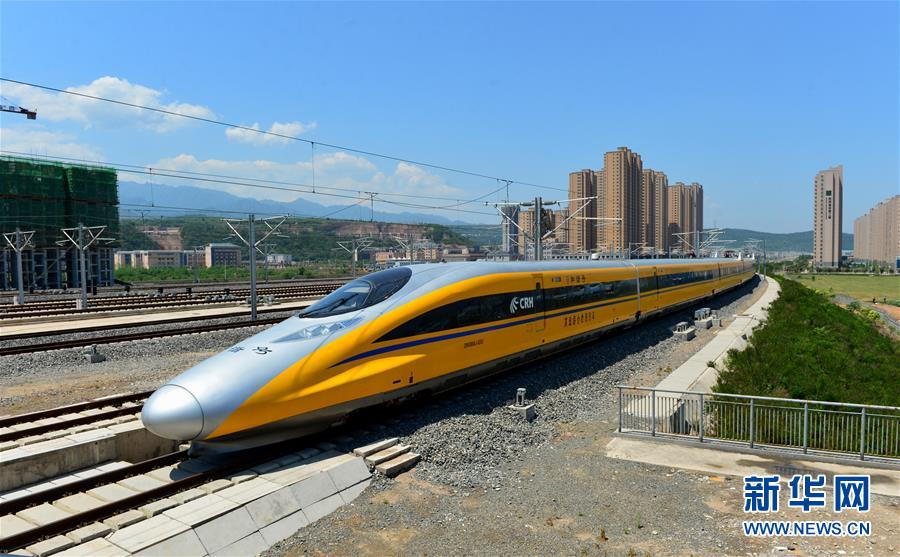 在陕西宝鸡,一列高速综合检测列车在宝兰高铁上行驶(5月16日摄)。