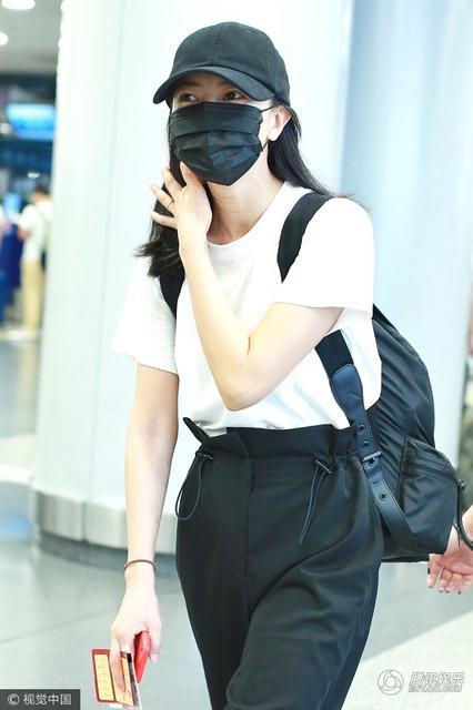 高圆圆口罩遮面,只露出一对弯弯笑眼,依稀是素颜出镜。