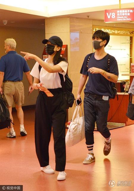 视觉中国讯 北京,7月13日,高圆圆清晨赶飞机现身机场。当天高圆圆与男闺蜜韩火火一同出行,两人一路热聊,有说有笑。