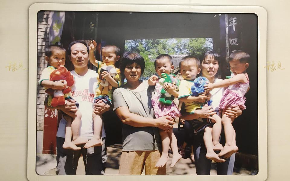 """2006年2月26日,贝贝、晶晶、欢欢、迎迎、妮妮出生于河南省杞县。当时恰巧2008年北京奥运福娃刚正式对外发布不久,一位县领导恰巧与五个孩子的母亲马艳丽同病房,就建议如此取名,寓意""""北京欢迎你""""。"""