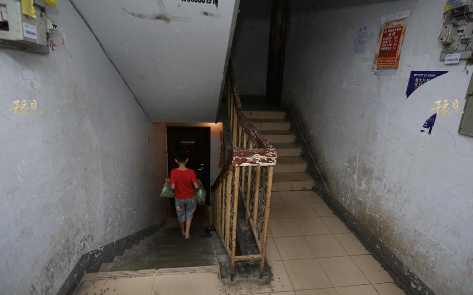 目前,马艳丽一家租住在地下室,丈夫在外开车送货,每月挣3000多元,这也是家里目前最大的经济来源。幸得房东施于援手,收租金也较为便宜。从市场回来后,孩子们会帮妈妈把买回的菜掂回家。