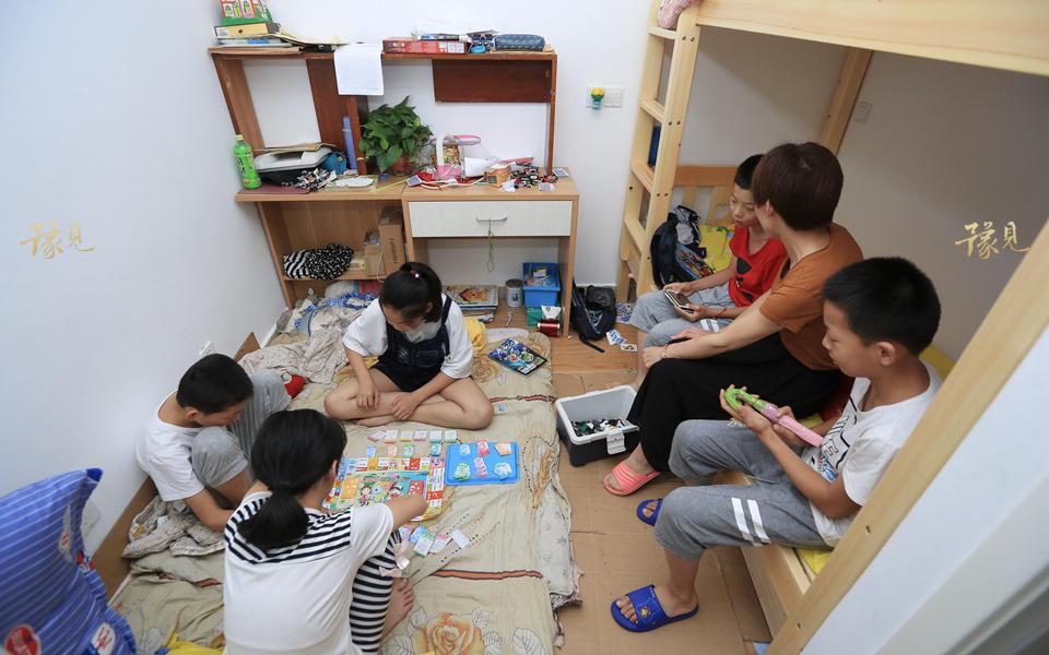 虽然生活艰苦,但孩子们学习都踏实认真。偶有争吵,也会很快烦恼散去、笑逐颜开。每天做完作业,孩子们就会各自结伴儿在屋里玩耍,打牌、五子棋,简单的游戏他们也能玩得不亦乐乎。