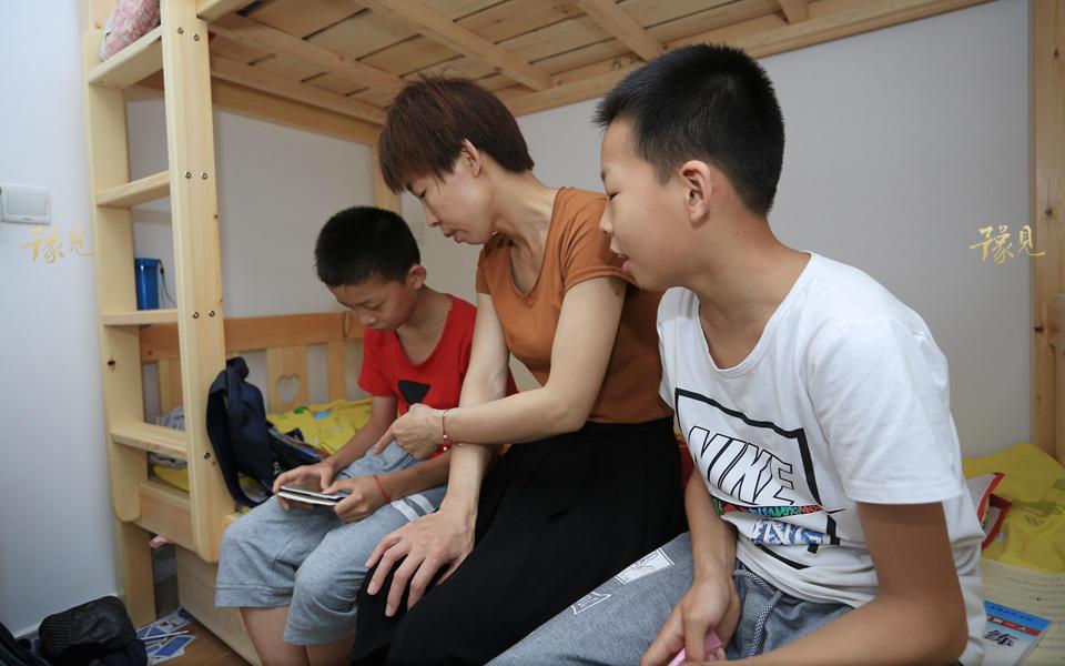 正值玩心大的年纪,孩子们也对手机、游戏充满了兴趣与留恋。马艳丽通常会给他们立规矩,每天只能玩多久,轮换着玩,完成了作业才能玩诸如此类。