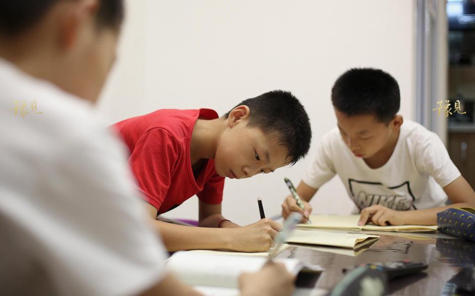 2009年,郑州某幼儿园找到马艳丽一家,表示愿意资助孩子从幼儿园到大学的全部费用。欣喜之下,他们从杞县老家搬到了郑州,租住在目前住的这套地下室中。