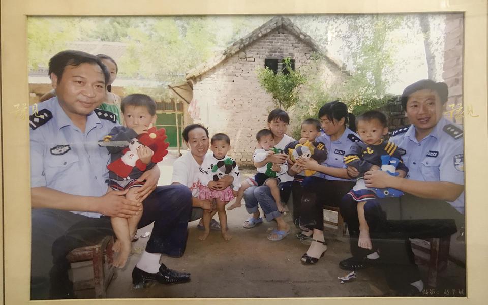 从2006到2017,孩子成长的12年里。马艳丽一家得到了很多社会爱心人士的帮助与资助。用她的话说,走到哪里,都是好人多。他们从不后悔要了这五个孩子,也不会因为明天的压力把自己压垮,将心态放平,日子总会一天一天过下去,孩子们总会慢慢长大。