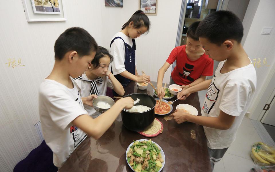 """""""出去吃饭花销太大了,孩子们想吃啥我在家给他们做。""""马艳丽表示,由于条件不允许,他们从未带孩子出去吃过饭,一日三餐均在家中解决。(如您愿意对五胞胎家庭提供帮助,请联系其母亲马艳丽:13393738382)"""