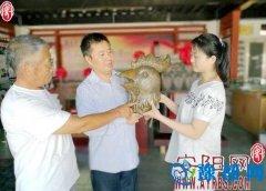 鼎都博物馆馆长向游客介绍圆明园十二生肖兽首仿制工艺品