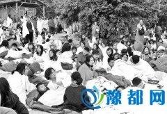 河南游客回忆地震后第一夜 讲述地震瞬间