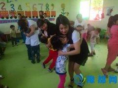 李寨镇爱心妈妈与留守儿童共享蓝天关爱情暖