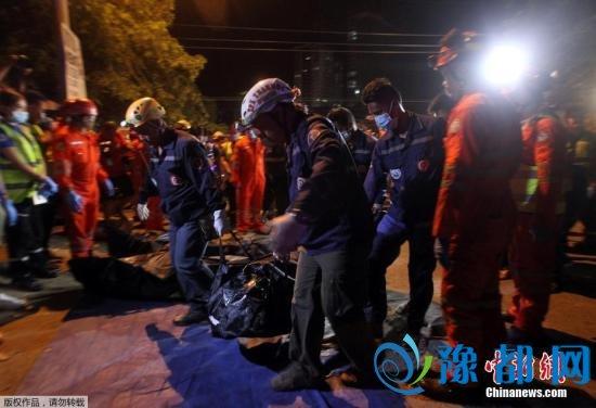 警方转移遇难者遗体。达沃市副市长保罗透露,5名男性和5名女性在爆炸中丧生。他表示,这对达沃和整个菲律宾来说都是悲伤的一天。
