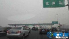 正月初二回娘家 上午9时后郑州高速出城车流量大