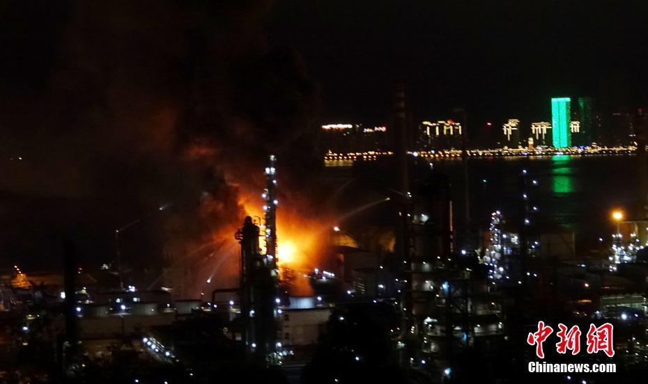 8月17日,大连石化火灾现场。18时40分左右,中石油大连石化分公司发生火灾,目前消防部门正在灭火。中新社发 刘德斌 摄